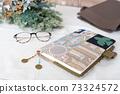 여성의 소지품 이미지, 수첩과 가방과 안경과 드라이 플라워 73324572