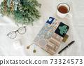 테이블 위에 놓인 안경과 차와 수첩, 드라이 플라워 73324573
