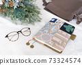 테이블 위에 놓인 수첩과 가방과 안경과 드라이 플라워 73324574