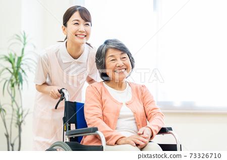 개호 노인 여성 병원 도우미 간병인 73326710