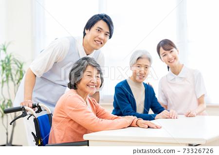 개호 노인 여성 병원 도우미 간병인 73326726