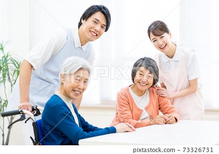 개호 노인 여성 병원 도우미 간병인 73326731