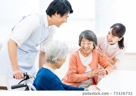 개호 노인 여성 병원 도우미 간병인 73326732