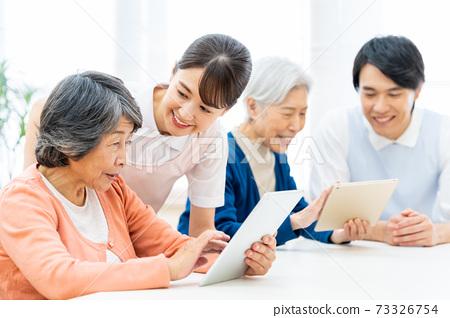 개호 노인 여성 병원 도우미 간병인 73326754