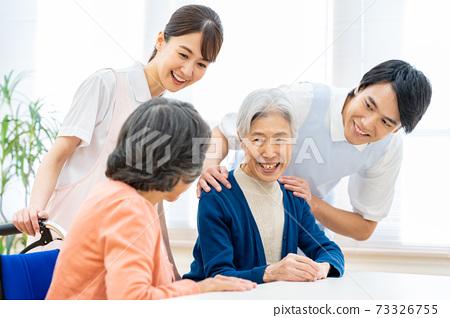 개호 노인 여성 병원 도우미 간병인 73326755