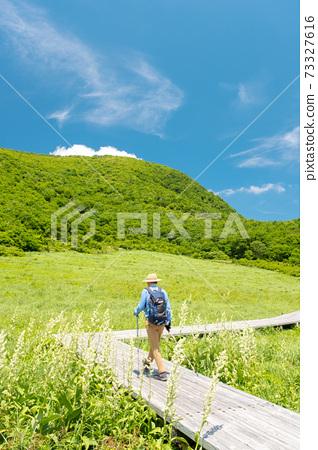 新鮮的綠色徒步旅行圖像(大山神樂町山) 73327616