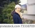 겨울에 산책하는 여자 73330709