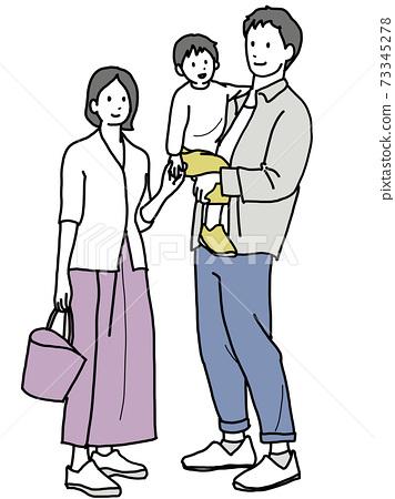 아이를 안고있는 엄마와 아빠 73345278