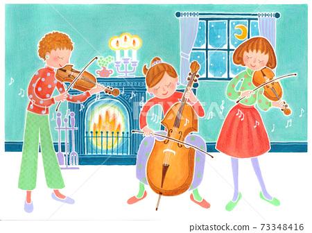 三個女孩在下雪的夜晚彈在壁爐前的弦樂器 73348416