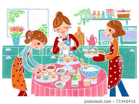 三個女孩在明亮的廚房裡做蛋糕 73348418