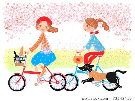 봄날 만개 한 벚꽃과 유채 꽃 속에서 와인과 프랑스 빵을 가지고 자전거로 꽃놀이로 향하는 두 여자와 개 73348419
