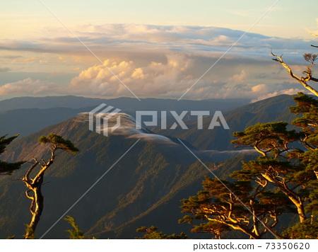 山頭上的薄雲像浪漫的薄紗 73350620