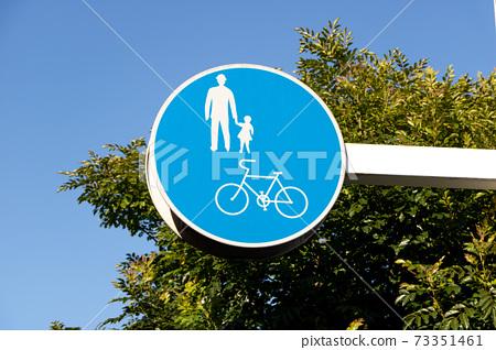 """道路標誌(管制標誌)""""僅適用於自行車和行人""""。 73351461"""