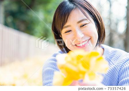 銀杏葉的年輕女子 73357426