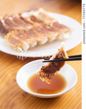 烤羽毛餃子 73368779