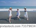 擺在海灘的三青年人 73379634