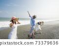 擺在海灘的三青年人 73379636