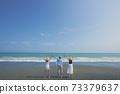 擺在海灘的三個青年人在幕後 73379637