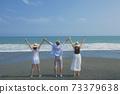 擺在海灘的三個青年人在幕後 73379638