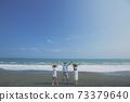 擺在海灘的三青年人 73379640