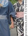 在握手的yukata俱樂部的一對夫婦 73379646