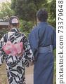 一對夫婦的後面看法在yukata出現的 73379648
