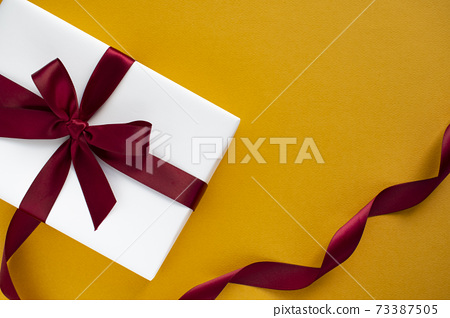 오렌지색 바탕에 하얀 선물상자 73387505