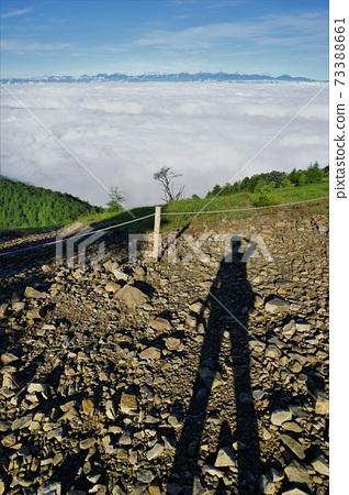 大菩薩嶺에서 남 알프스를 바라 보는 등산객의 그림자 73388661