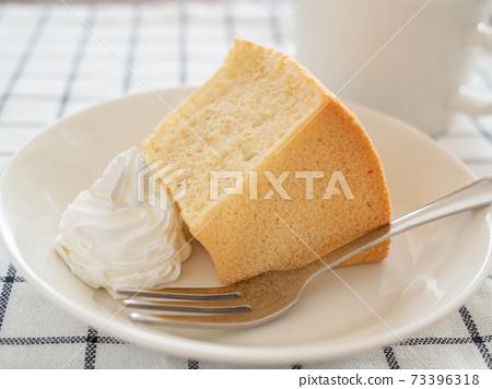 크림을 곁들인 쉬폰 케이크 73396318