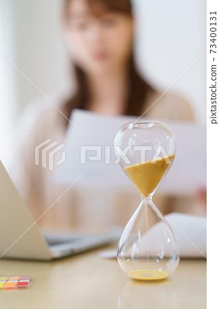 一個在安排時間的同時在家工作的女士 73400131