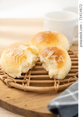 Cream bread 73414672