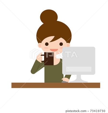 一個女人一邊看著電腦屏幕一邊喝咖啡 73419730