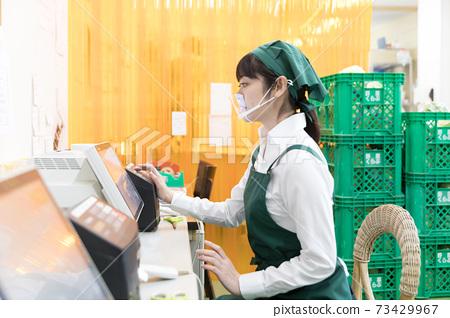 슈퍼 배후에서 일하는 사람들 제품 받아 73429967