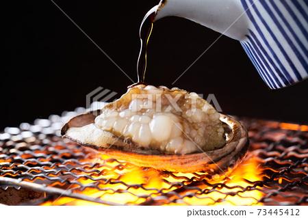 將醬油撒在活鮑魚的舞蹈烤架上 73445412