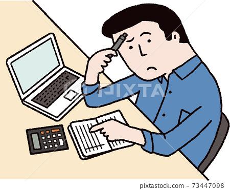 一個男人在看著存摺時思考著儲蓄的數額 73447098