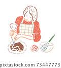 수제 초콜릿 케이크에 크림을 짠다 여성 73447773