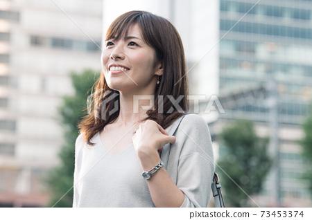 통근하는 비즈니스 우먼 웃는 30 대 여성 73453374