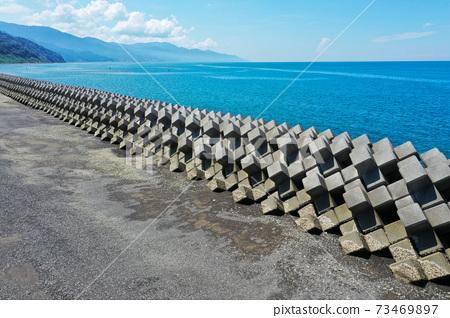 在海岸的Tetra罐 73469897