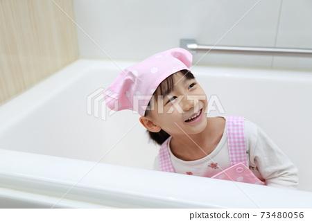 욕실 청소를 도와 5 세 소녀 73480056