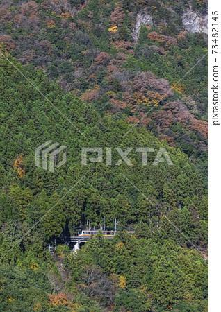 從風間橋11月的深秋山景 73482146