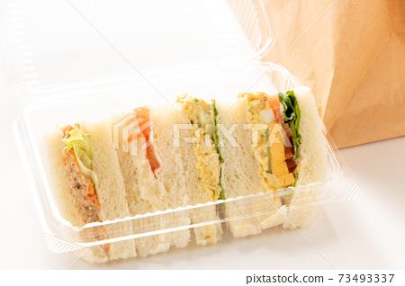 外賣圖像。在透明塑料容器中的三明治。 73493337