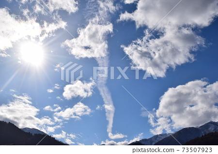 龍形的雲朵在天空中升起 73507923