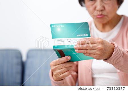 檢查存款存摺的女高管 73510327