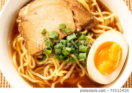 醬油拉麵(成分為木炭,煮雞蛋,蔥)。 73512420