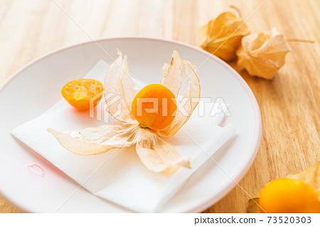 盤子上的食用hozuki 73520303