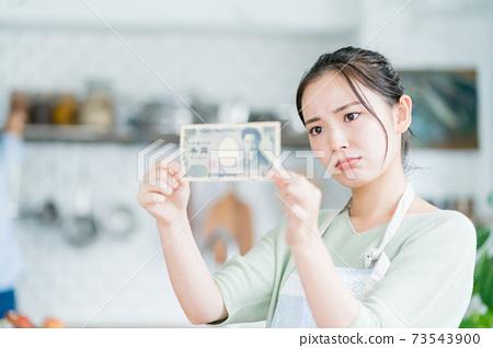 家庭主婦和1000日元鈔票 73543900