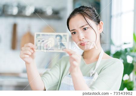 家庭主婦和1000日元鈔票 73543902
