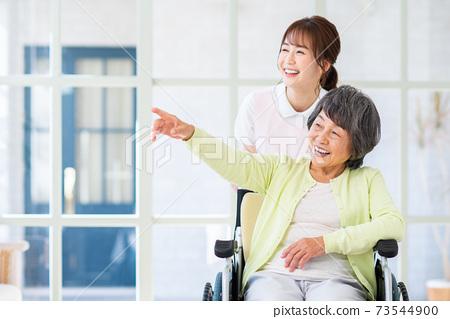 요양 시설 노인과 젊은 직원의 여성 73544900