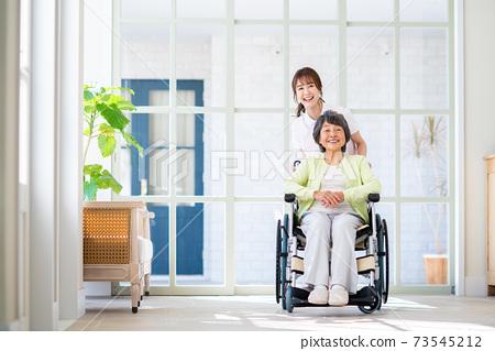 요양 시설 노인과 젊은 직원의 여성 73545212