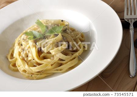熱松露奶油平麵食和三葉叉 73545571